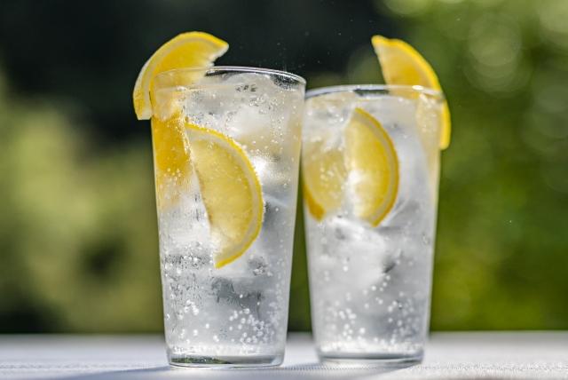 レモンサワーのグラスが2つ並んでいる写真